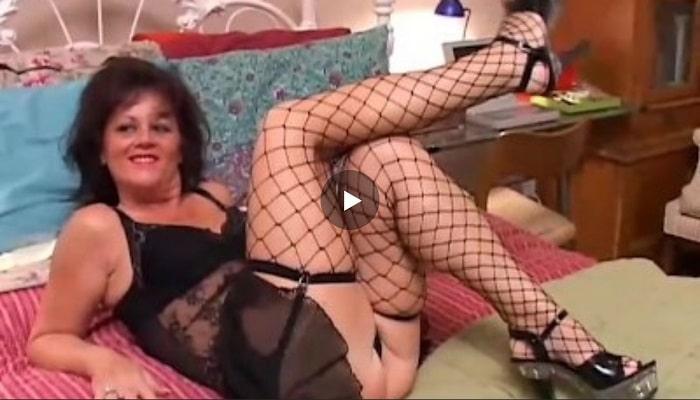 Horny granny De' Bella needs a hard pounding